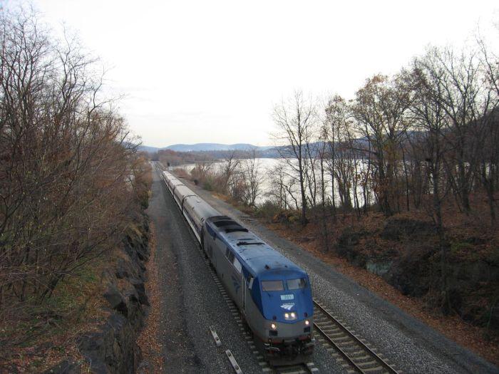 Amtrak_on_NY_Metro_North_Linev2
